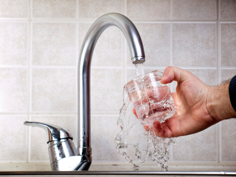 Legionella, oltre 200 casi di polmonite a Brescia. L'acqua del rubinetto è sicura da bere: il contagio solo per inalazione. Indagini ancora in corso