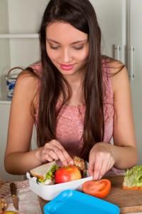 donna cucina contenitore cibo