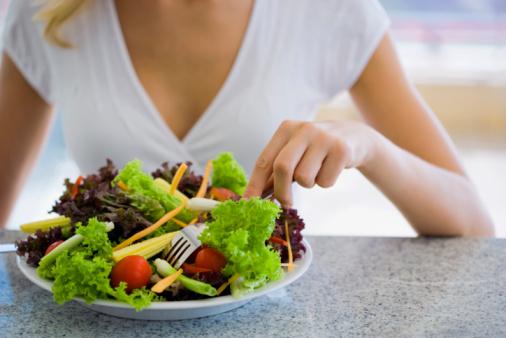 insalata donna mangiare