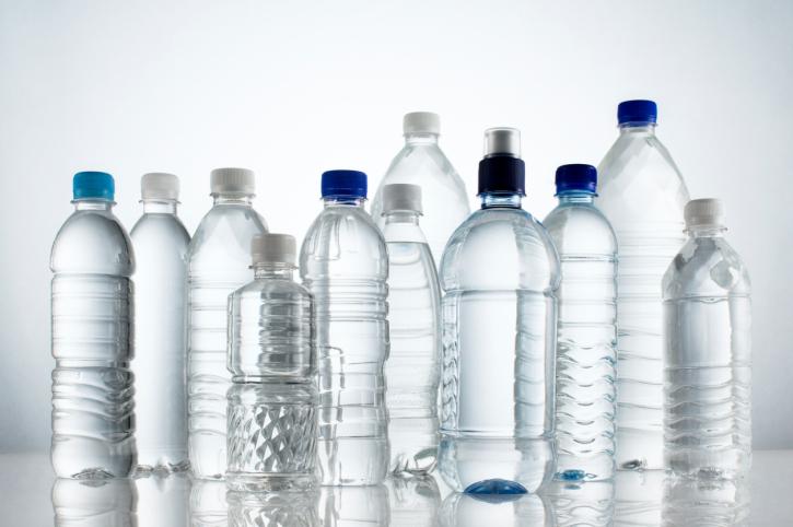 acqua minerale bottiglie plastica