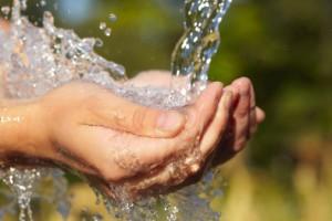 mani acqua