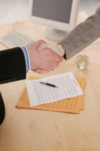 stretta di mano accordo contratto