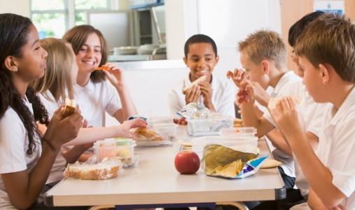 bambini scuola mensa mangiare