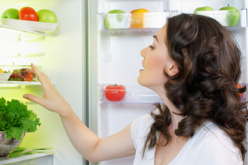 donna frigo cibo