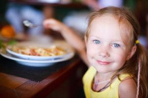 bambina tavola gli italiani e il cibo mangiare