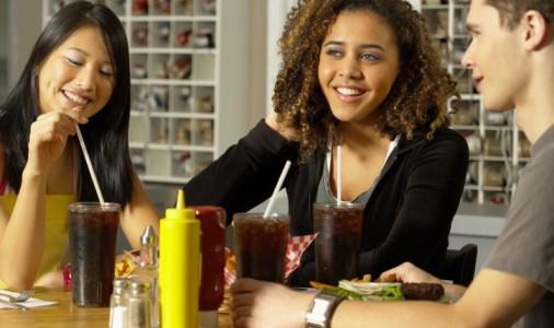 ragazzi bere coca cola fast food