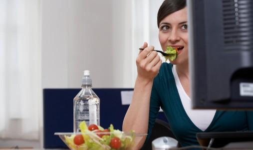 mangiare ufficio insalata