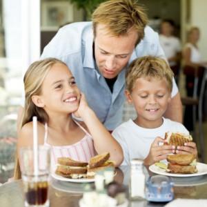 padre figli tavola ristorante