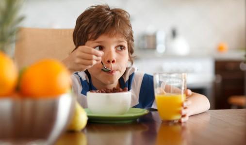 bambini colazione succo
