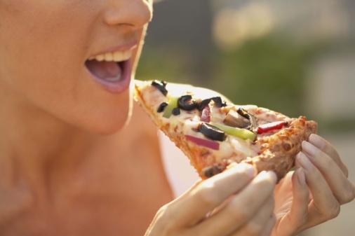 pizza mangiare donna
