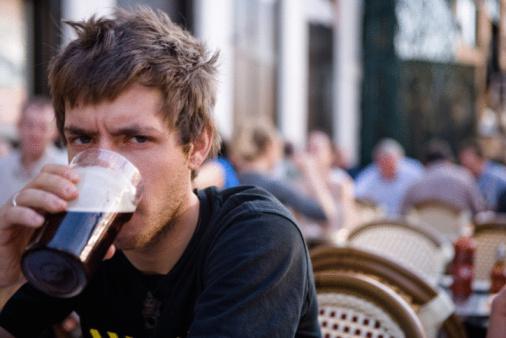 birra bere uomo alcolici