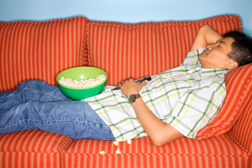 adolescente ragazzo divano pop corn sedentarietà