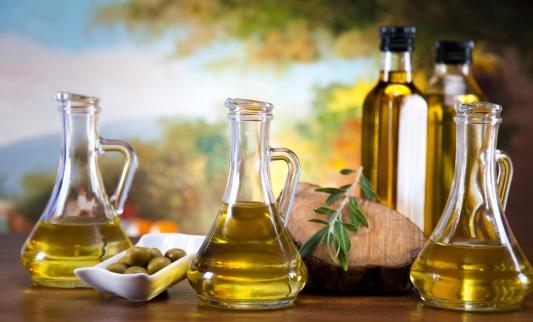 olio extra vergine di oliva 164655811