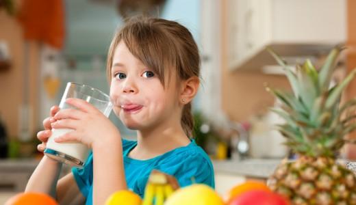 bambina vitamine latte frutta