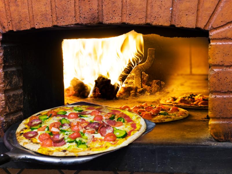 La pizza napoletana non bruciata coccia spiega i segreti del forno - Forno per la pizza ...