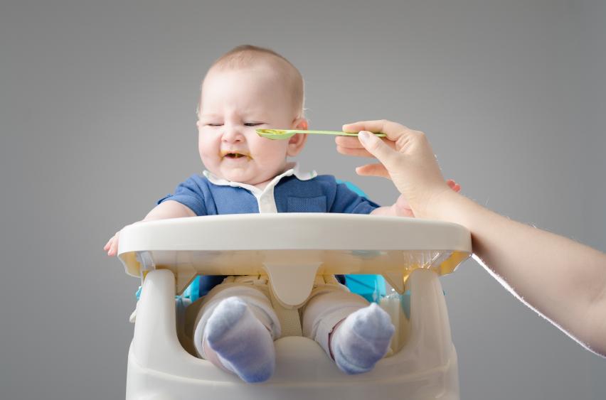 Baby refuses to eat bambino seggiolone svezzamento