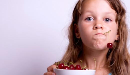 bambini bambina frutta ciliegie