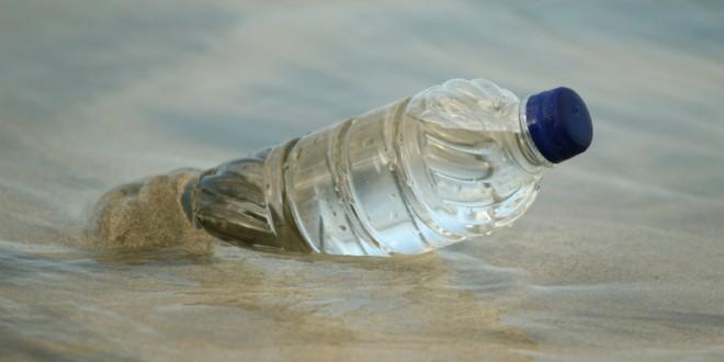 Bottle in water bottiglia plastica spiaggia