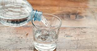 acqua minerale bottiglia plastica