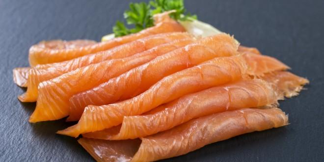 Pesce affumicato, occhio al rischio Listeria. Attenzione anche a cibi da mangiare crudi e piatti pronti. Il documento del Bfr