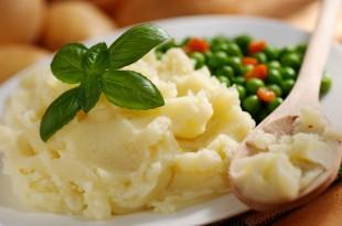 pur di patate con contorno di piselli