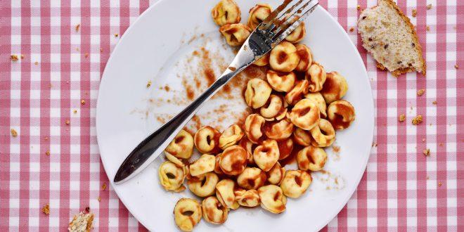 Lezioni anti-spreco: lavorare sulla consapevolezza aiuta a ridurre la quantità di cibo buttato, rivela uno studio americano