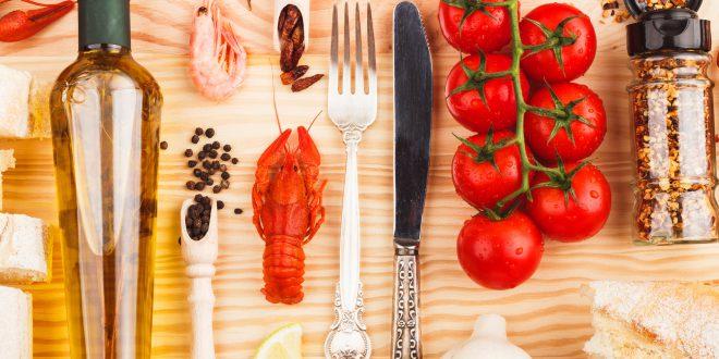 olio spezie pomodori crostacei aglio posate cibo