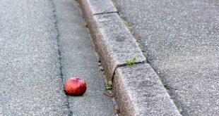 mela spreco pavimento terra