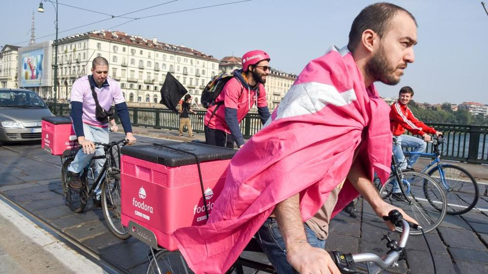 I rider di Foodora protestano a Torino per un salario migliore