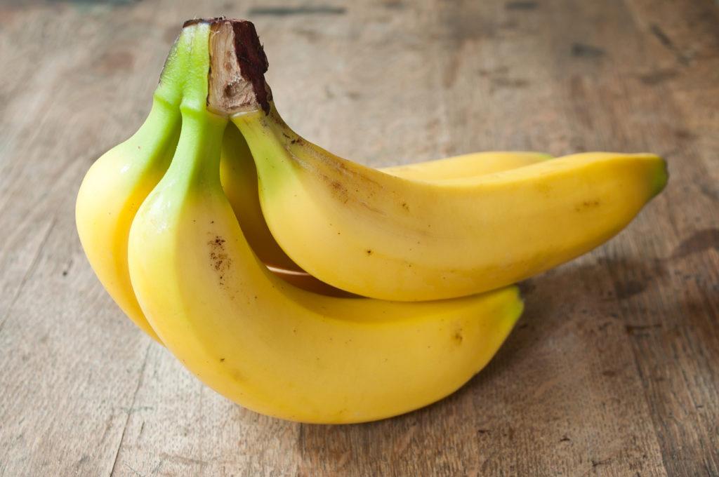 bananes sur table en vieux bois
