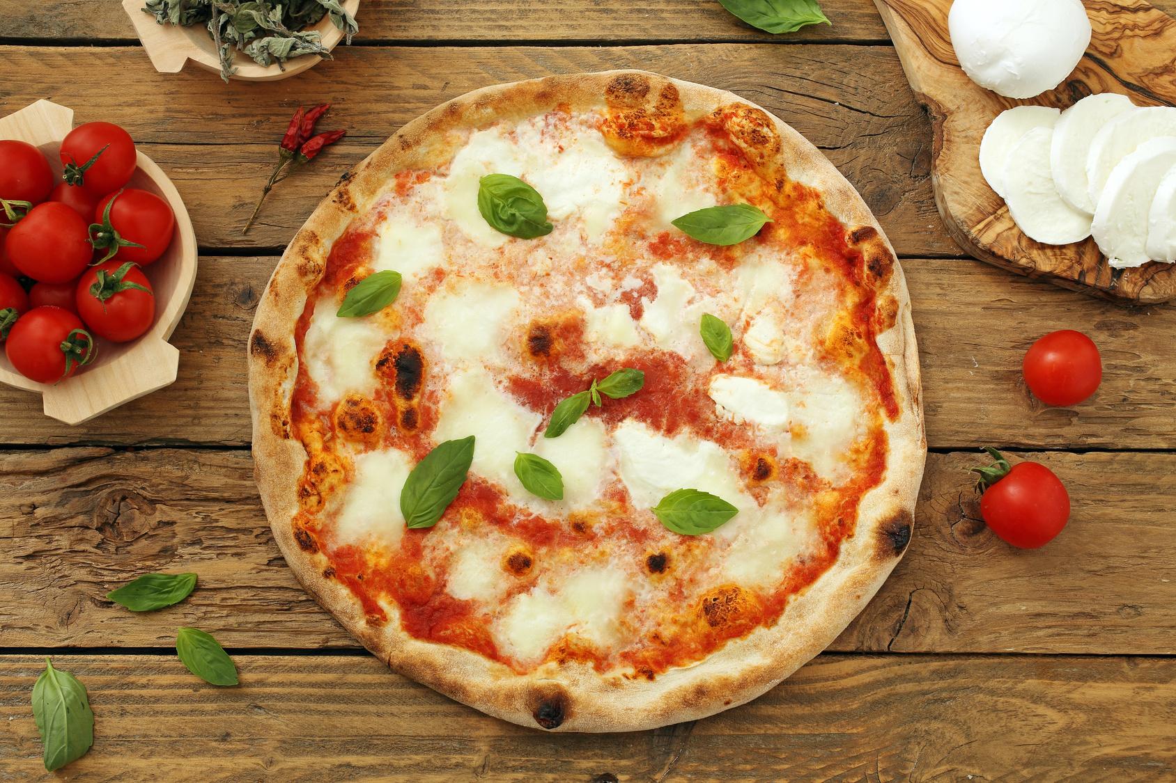 pizza margherita su sfondo rustico mozzarella