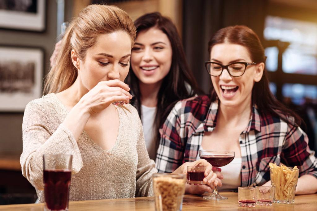 aperitivo bar locale alcol vino alcolici donne