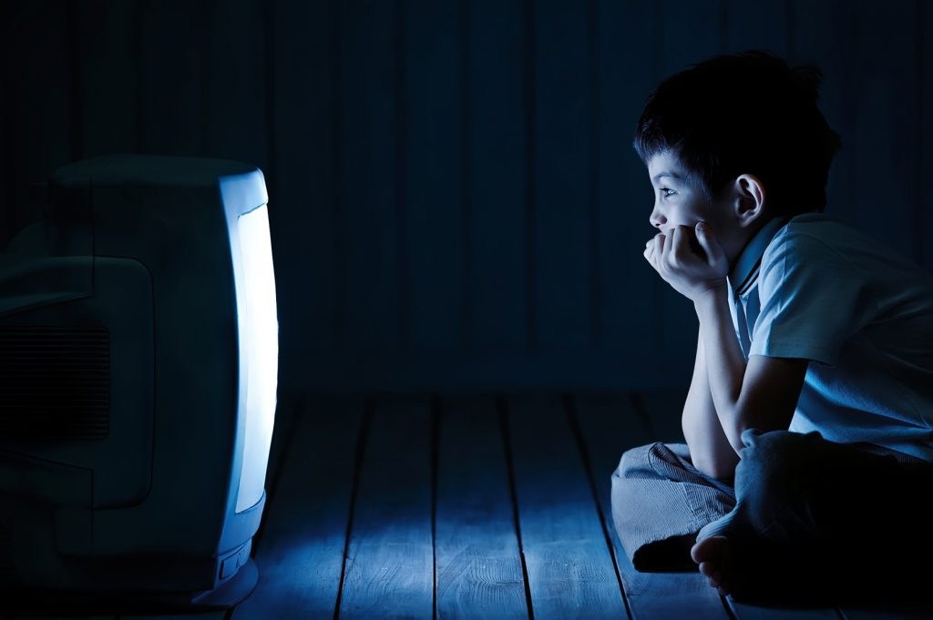 bambini televisione film Boy watching TV at night