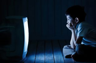 bambini televisione film Boy watching TV at night