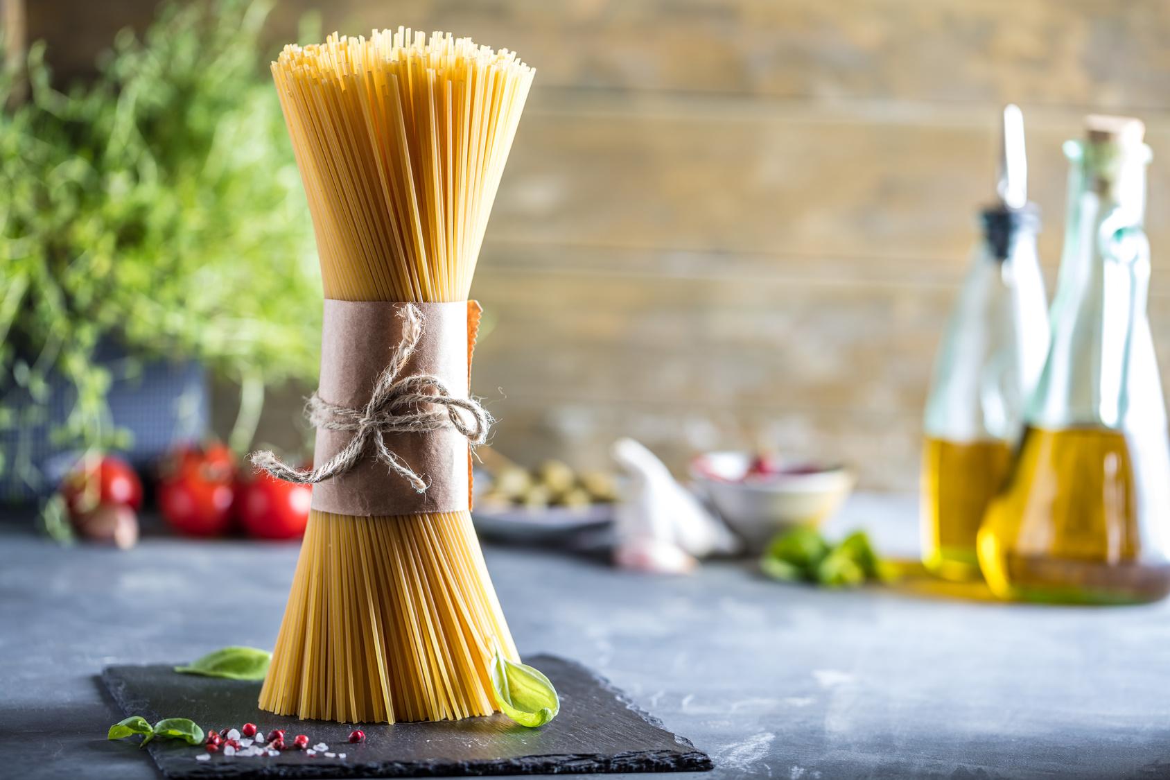origine, mazzo di spaghetti in verticale su tavolo