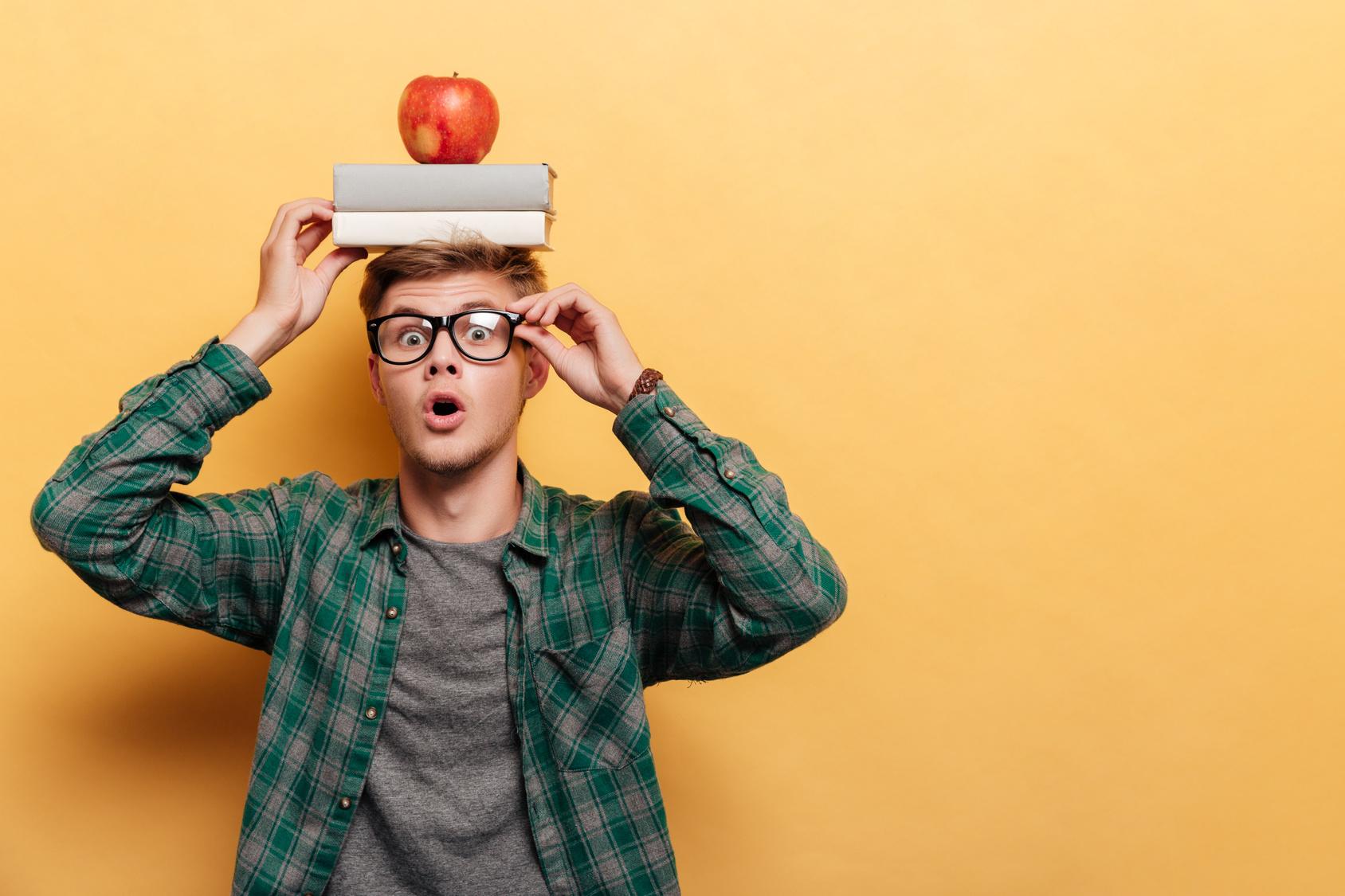 ragazzo libri mela