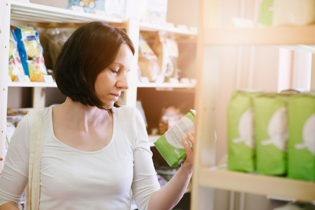 etichetta alimenti supermercato donna