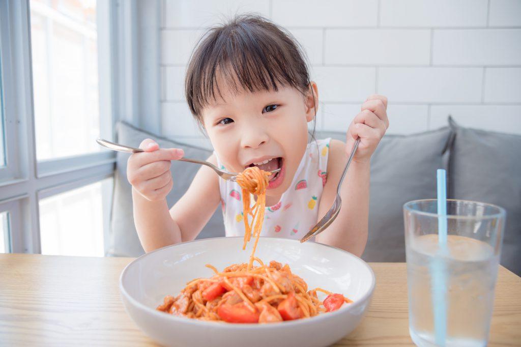 spaghetti pasta mangiare piatto bambini