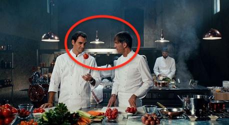 Tino Oldani e Roger Federer in una cucina per lo spot Barilla