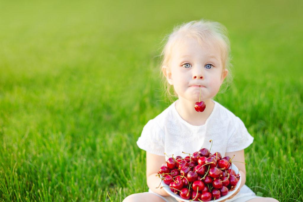 bambini natura estate ciliegie frutta