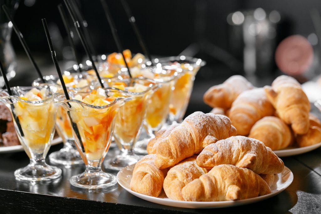colazione cornetti croissant macedonia frutta cannucce