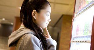ragazza adolescente teenager distributore automatico scuola