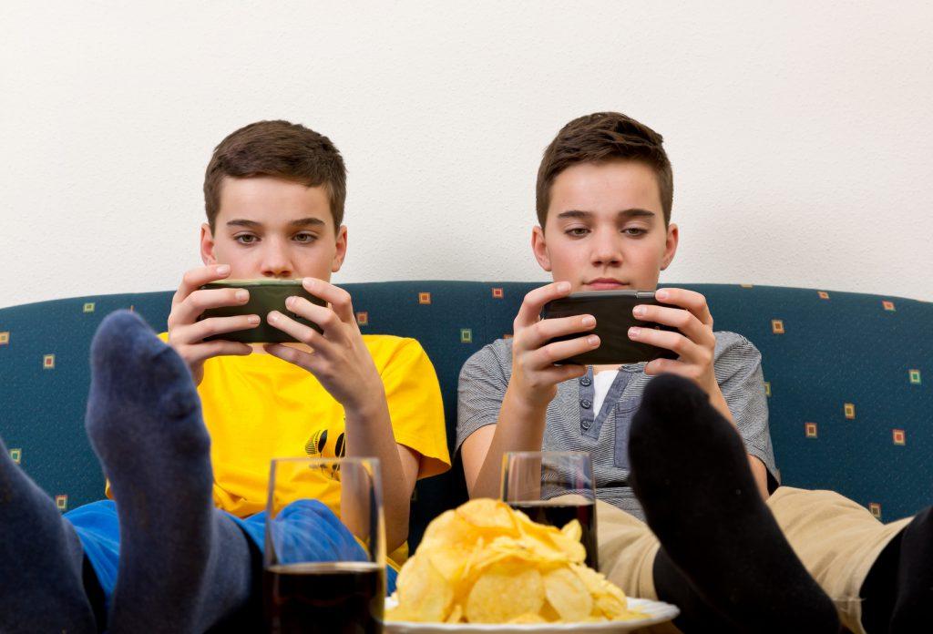 adolescenti cibo spazzatura smartphone