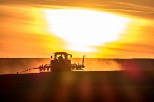 Traktor bei Sonnenuntergang agricoltura trattore campo