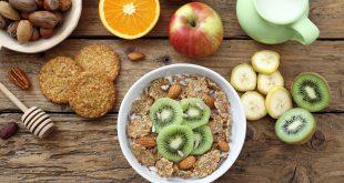 prima colazione con cereali e frutta su sfondo tavolo rustico