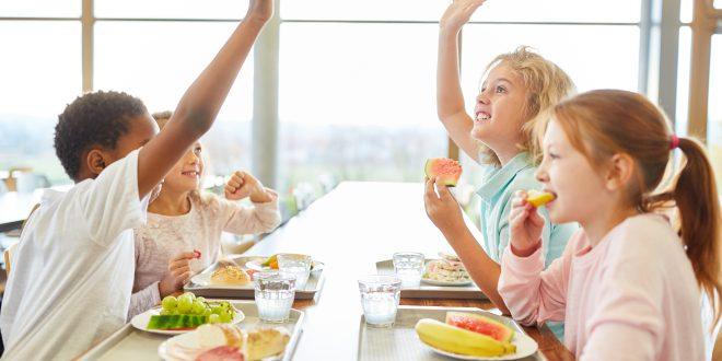 Gruppe Kinder in der Kantine beim Mittagessen
