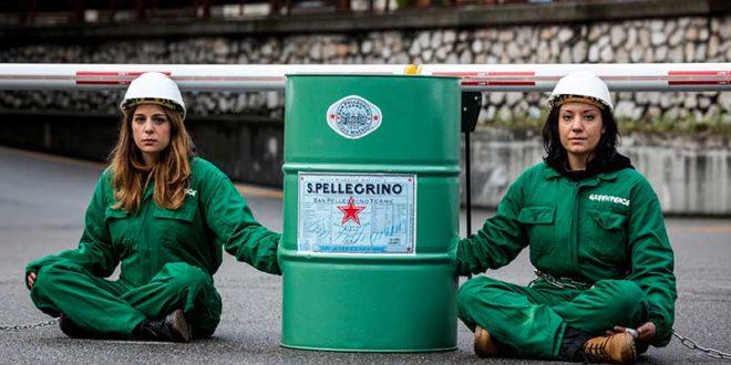 Greenpeace contro la plastica di Nestlé: bliz degli attivisti alla fabbrica di imbottigliamento San Pellegrino. La replica dell'azienda