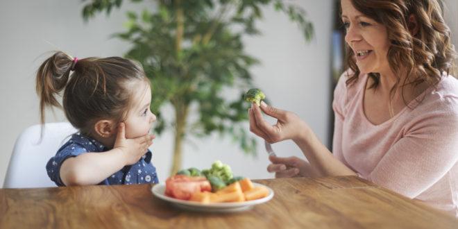 mamma bambina verdura pranzo