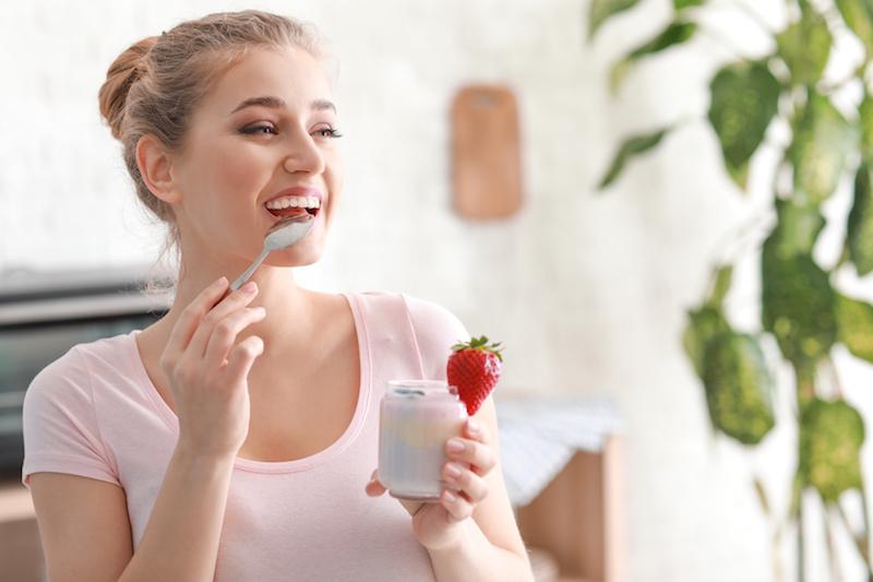 yogurt fragola latticini dieta salute donna