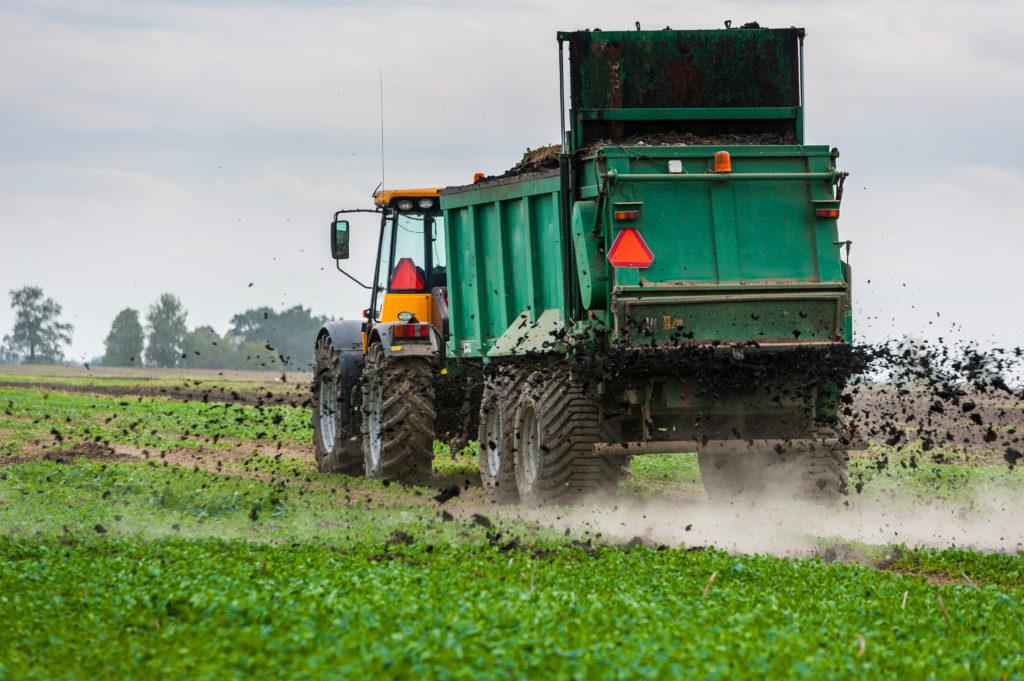 trattore spargimento compost fertilizzante campi